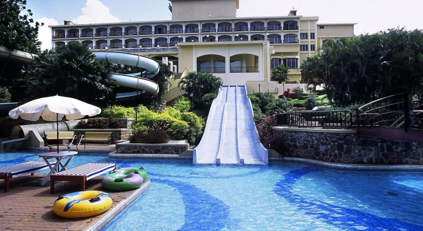 Hotel Fariyas Holiday Resort Pool