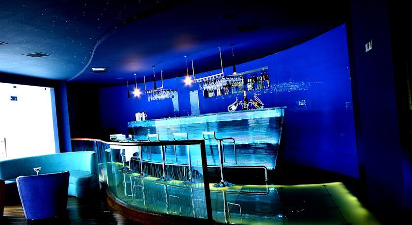 Bar in WelcomHotel Raviz Ashtamudi, Kollam
