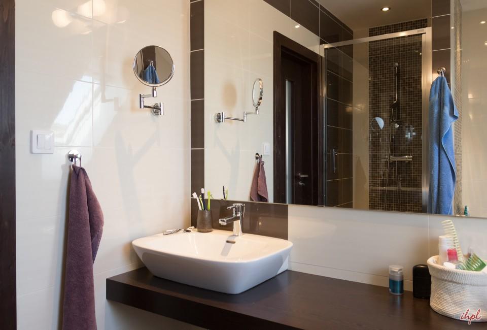 maya-on-the-ganga-antara-luxury-river-cruise-bath-room